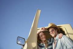 Paare, die im Eingang zu Van stehen Lizenzfreies Stockfoto