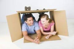 Paare, die im Kasten liegen Stockfoto