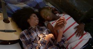 Paare, die im Kleintransporter am Strand 4k sich entspannen stock video
