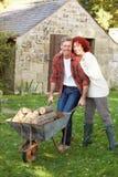 Paare, die im Landgarten arbeiten Stockfotos