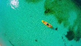 Paare, die im Meer bei Malediven Kayak fahren stock video