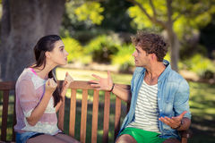 Paare, die im Park argumentieren stockbild