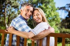 Paare, die im Park auf Bank sich entspannen stockfoto