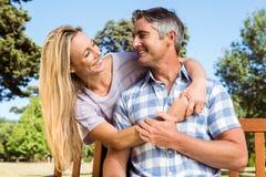 Paare, die im Park auf Bank sich entspannen Lizenzfreie Stockfotografie