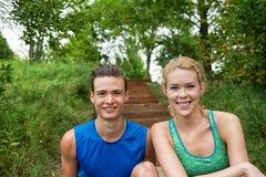 Paare, die im Park stillstehen Stockfoto