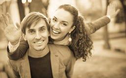 Paare, die im Park umarmen Stockfotos