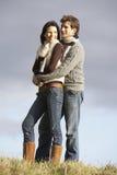 Paare, die im Park umfassen lizenzfreie stockfotos