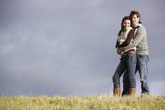Paare, die im Park umfassen lizenzfreies stockfoto