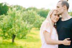 Paare, die im Park und im Umarmen stehen Stockbild