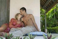 Paare, die im Patio küssen Lizenzfreie Stockfotografie