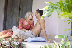 Paare, die im Patio lächeln Stockbild