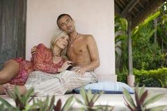 Paare, die im Patio sich entspannen Stockfotos