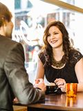 Paare, die im Restaurant Cappuccino genießen Stockbild