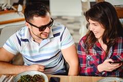 Paare, die im Restaurant lachen Stockfoto