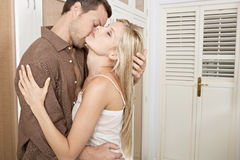 Paare, die im Schlafzimmer umarmen und küssen. Lizenzfreies Stockbild