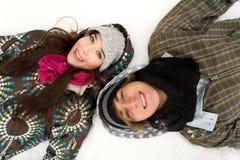 Paare, die im Schnee liegen Lizenzfreies Stockbild