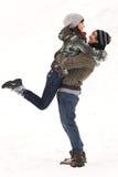 Paare, die im Schnee spielen Lizenzfreies Stockbild