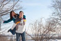 Paare, die im Schnee spielen Stockbild