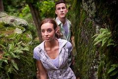 Paare, die im Wald wandern Stockfoto