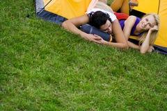 Paare, die im Zelt liegen lizenzfreies stockfoto