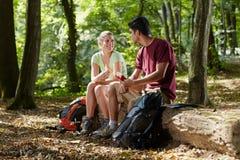 Paare, die Imbiß essen, nachdem trekking stockfotos