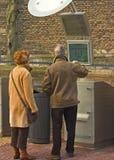 Paare, die Informationen erhalten Stockbild
