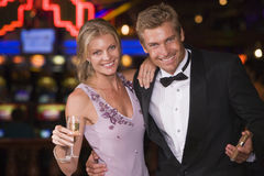 Paare, die inneres Kasino feiern Lizenzfreie Stockfotos