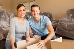 Paare, die Kästen entpacken Lizenzfreies Stockfoto