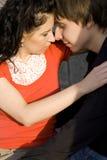 Paare, die küssen und sich umarmen Stockfoto