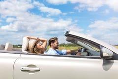 Paare, die in Kabriolett fahren Lizenzfreies Stockfoto