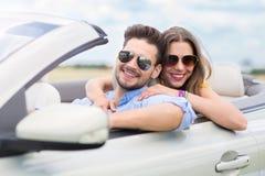 Paare, die in Kabriolett fahren Lizenzfreies Stockbild