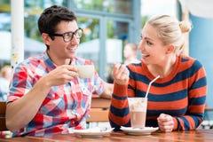 Paare, die Kaffee in einem Straßencafé trinken Stockbilder