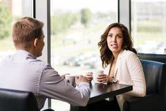 Paare, die Kaffee genießen Stockfotografie