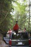Paare, die Kajak auf Auto-Dach binden  stockfotografie