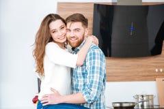 Paare, die Kamera umarmen und betrachten Stockbilder