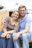 Paare, die kampierenden Feiertag in traditionellem Yurt genießen Stockfotografie