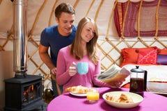Paare, die kampierenden Feiertag in traditionellem Yurt genießen Lizenzfreie Stockfotos