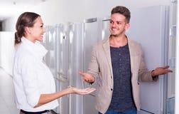 Paare, die Kühlschrank vorwählen Stockfoto