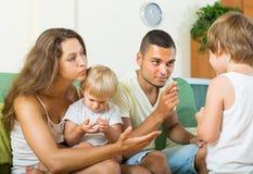 Paare, die kleine Tochter schelten Lizenzfreie Stockbilder