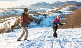 Paare, die Klingenkampf mit dem Wandern von Stöcken haben lizenzfreie stockfotos
