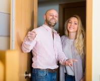Paare, die kommen, neue Ebene zu sehen stockfoto