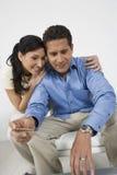 Paare, die Kreditkarte halten Lizenzfreie Stockfotos