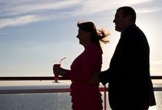 Paare, die Kreuzfahrt-Ferien genießen Stockbild
