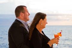 Paare, die Kreuzfahrt-Ferien genießen Stockbilder