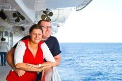 Paare, die Kreuzfahrt-Ferien genießen Stockfoto