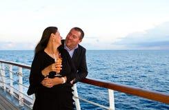 Paare, die Kreuzfahrt-Ferien genießen Lizenzfreie Stockbilder