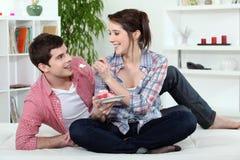 Paare, die Kuchen essen Lizenzfreies Stockfoto