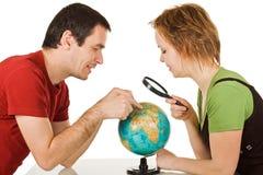 Paare, die Kugel betrachten Stockbild