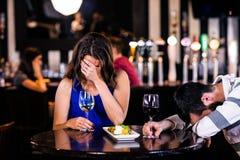 Paare, die lachen und etwas trinken Stockfotos