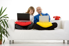 Paare, die an Laptopen arbeiten Stockfotografie